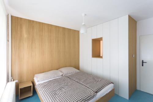 interier-byt-dizajn-beton-drevo